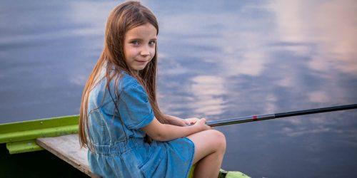 Dziecko łowi ryby